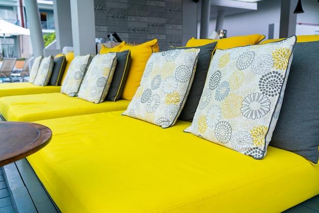 Wygodne poduszki na krześle i stole ogrodowym