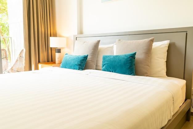 Wygodne poduszki na łóżku