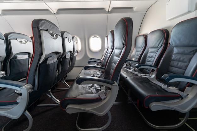 Wygodne siedzenia w klasie ekonomicznej bez pasażerów
