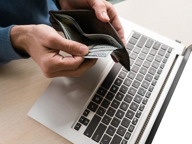Wygodne zakupy online. wydawanie pieniędzy w internecie jest łatwe. zamów wszystko z domu. koncepcja konsumpcjonizmu