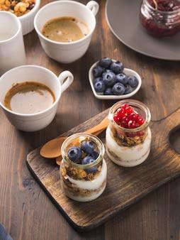 Wygodnego śniadaniowego jedzenia pojęcia ciemny drewniany tło