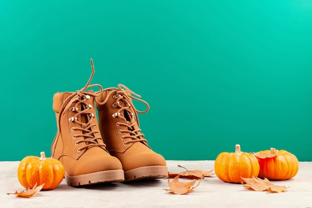 Wygodny ciepły strój na chłodne dni. wygodna jesień, zimowe ubrania na zakupy, wyprzedaż, styl w modnych kolorach