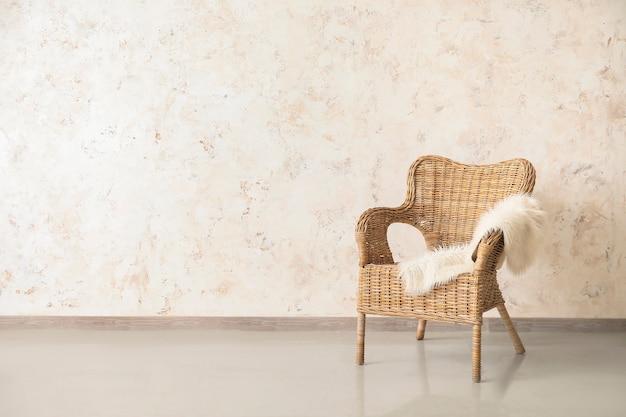 Wygodny fotel przy ścianie w pokoju