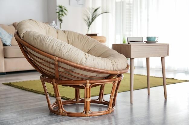 Wygodny fotel z drewnianym stołem we wnętrzu salonu