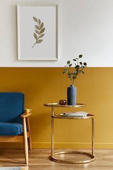 Wyjątkowy salon w nowoczesnym stylu z designerską sofą, eleganckim złotym stolikiem kawowym, ramkami, kwiatami w wazonie, dekoracjami i pesronalnymi dodatkami w wystroju domu.