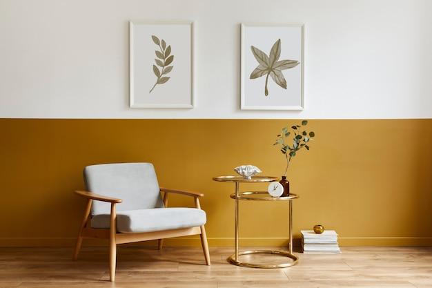 Wyjątkowy salon w nowoczesnym stylu z designerskim fotelem, eleganckim złotym stolikiem kawowym, ramami, kwiatami w wazonie, dekoracjami i pesronalnymi dodatkami w wystroju domu.