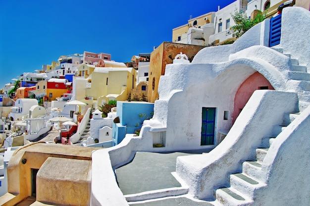Wyjątkowy santorini - najpiękniejsza wyspa w europie. kolorowe domy w wiosce oia. grecja