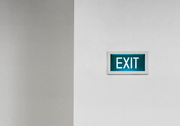 Wyjdź szyld na białej ścianie