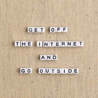 Wyjdź z internetu i wyjdź na zewnątrz koraliki typografia słowo