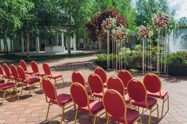Wyjdź z rejestracji nowożeńców pod plenerem