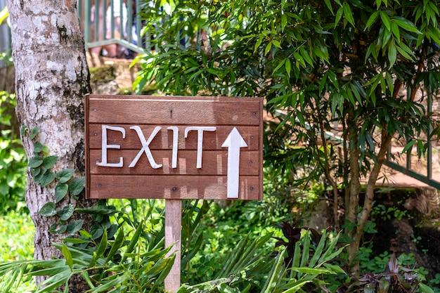 Wyjście tekstu na desce w dżungli lasów tropikalnych na tropikalnej wyspie bali, indonezja. wyjdź napis drewniany znak w tropikach azjatyckich. ścieśniać