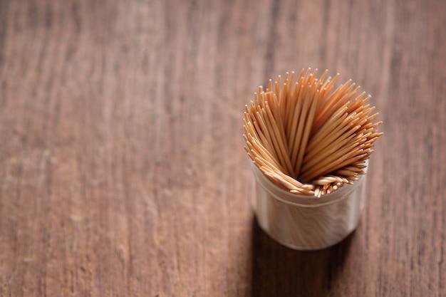 Wykałaczka z bliska postawiona na stole