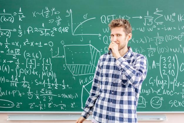 Wykładowca na uniwersytecie dający wiedzę studentom b