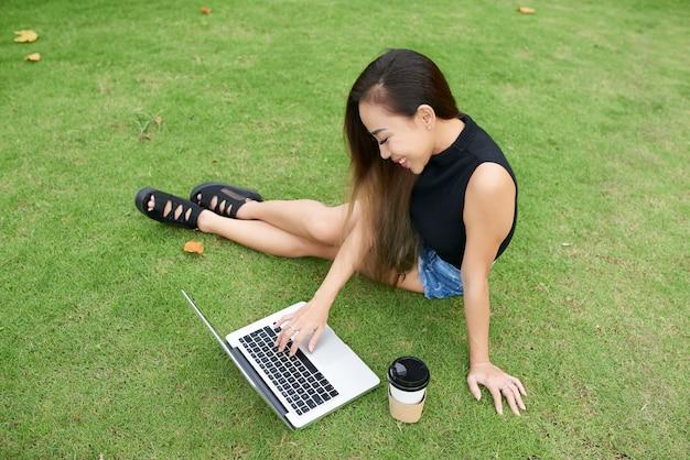 Wykłady kobiet oglądających online