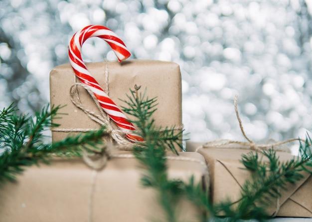 Wykonaj pudełka na prezenty na boże narodzenie w tle bokeh