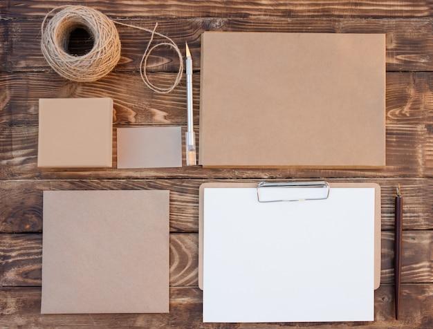 Wykonaj zestaw pustych różnych przedmiotów, pudełka na prezent, koperty, karty, blachy, liny na drewniane tła
