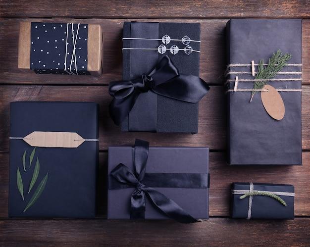 Wykonane prezenty świąteczne na drewnianym tle