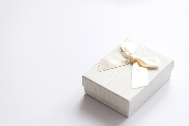 Wykonane ręcznie pudełko upominkowe na białym tle, ozdobione kokardką. na urodziny, prezenty rocznicowe, pocztówki upominkowe.