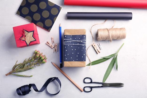 Wykonane świąteczne prezenty i akcesoria na jasnym tle