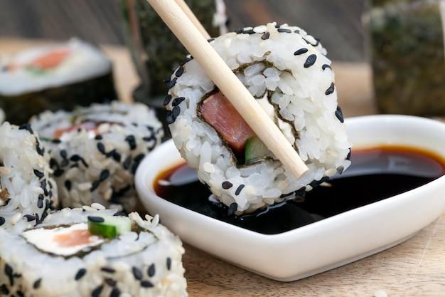 Wykonane z ryżu pstrągowego i warzyw sushi, azjatyckiego ryżu i owoców morza na stole podczas posiłków