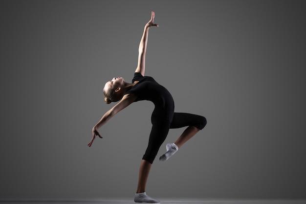 Wykonanie dziewczyny gimnastyk