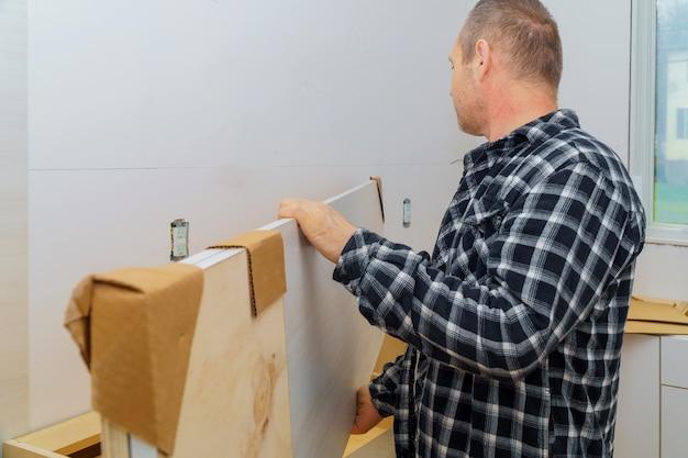 Wykonawca instaluje nową laminowaną blat kuchenny