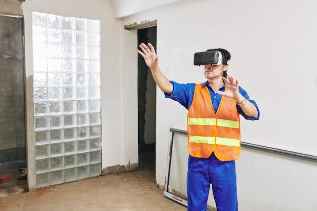 Wykonawca w okularach wirtualnej rzeczywistości