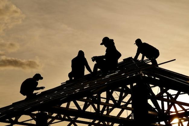 Wykonawca w silhouette pracy na dachu