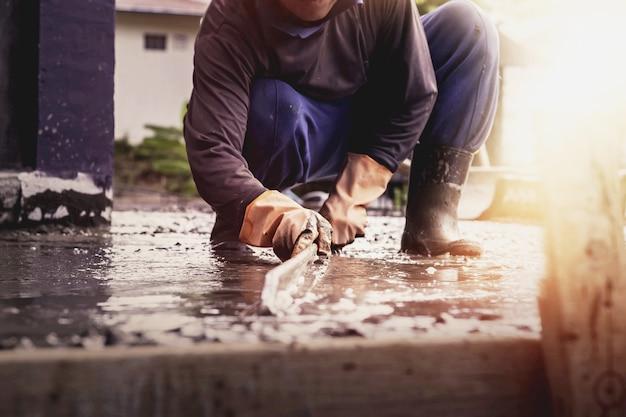Wykonawcy wylewają posadzki cementowe