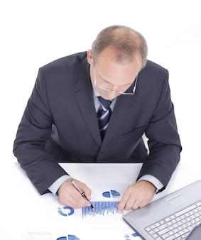 Wykonawczy biznesmen siedzi przy biurku