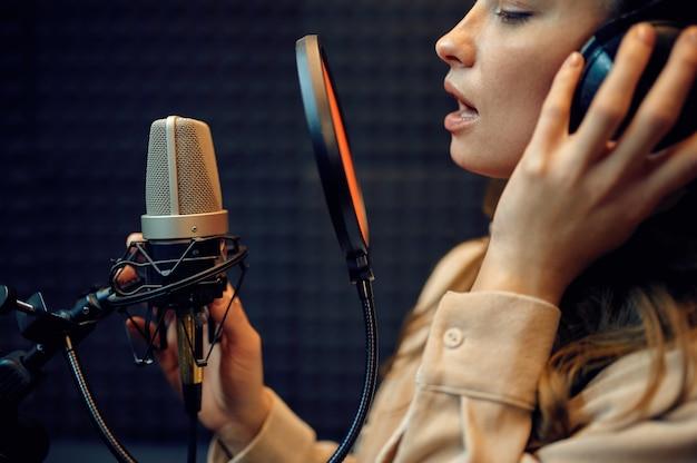 Wykonawczyni mikrofonu, studio nagrań