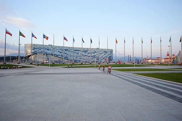 Wykończenie fasady lodowiska do jazdy figurowej na lodzie w soczi, rosja na zimowe igrzyska olimpijskie, soczi, rosja