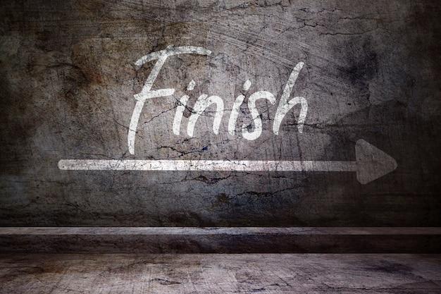 Wykończenie słowa na betonowej ścianie