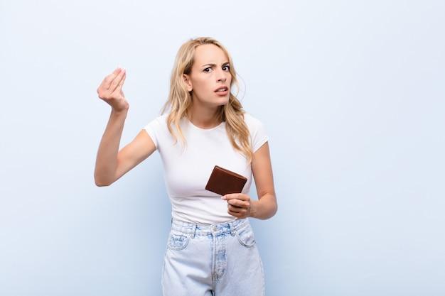 Wykonując gest kapryśny lub pieniężny, każąc spłacić długi!