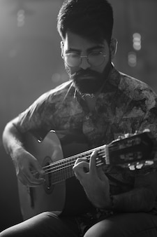 Wykonujący gitarzysta