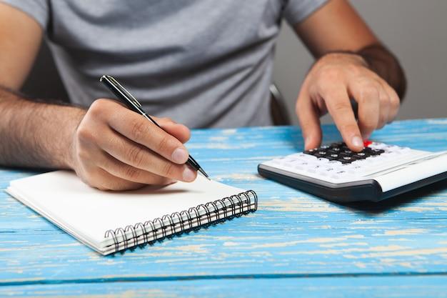 Wykonuje obliczenia na kalkulatorze i pisze