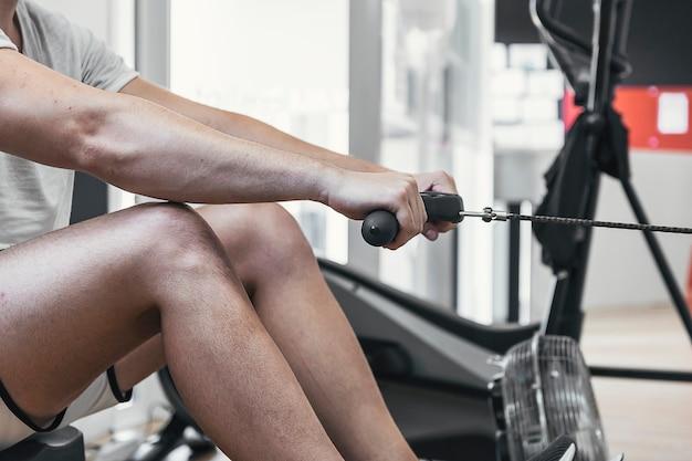 Wykonywanie ćwiczeń na bloczku gimnastycznym