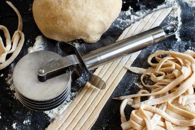 Wykonywanie domowej roboty taglatelle za pomocą krajalnicy do makaronu
