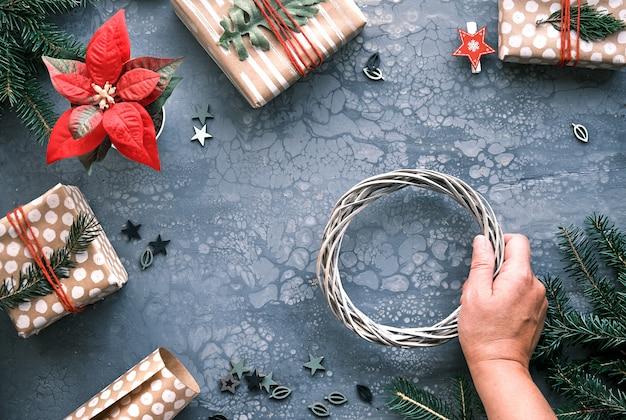 Wykonywanie prezentów bożonarodzeniowych dla majsterkowiczów i ręcznie robionych dekoracji, pudełek na prezenty zawiniętych w rzemieślniczy papier pakowy.