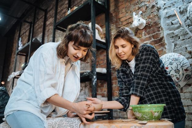 Wykonywanie ręcznie robionego glinianego garnka. lekcja ceramiki, hobby.