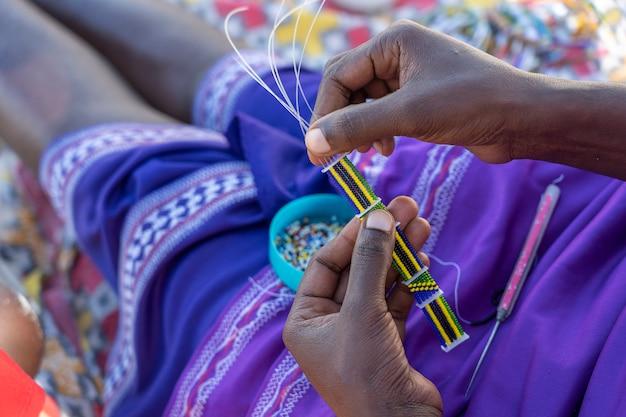 Wykonywanie ręcznie robionej biżuterii