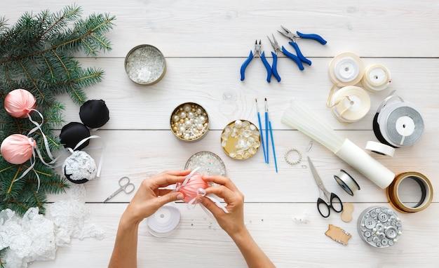 Wykonywanie ręcznie robionych bombek, narzędzi do tworzenia dekoracji świątecznych