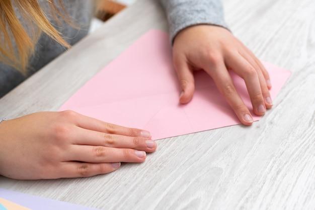 Wykonywanie rękodzieła z kolorowego papieru