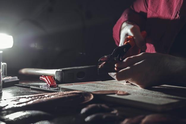 Wykonywanie rzeźby w ciemności w atelier. wysokiej jakości zdjęcie