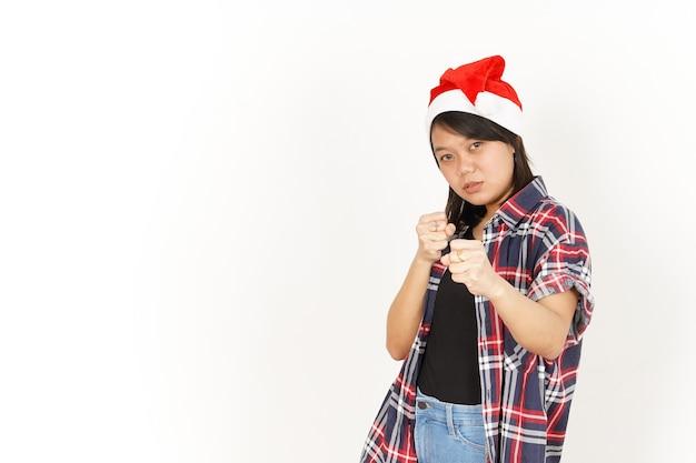 Wykonywanie walki gestem pięści pięści z piękną azjatką ubraną w czerwoną koszulę w kratę i santa hat