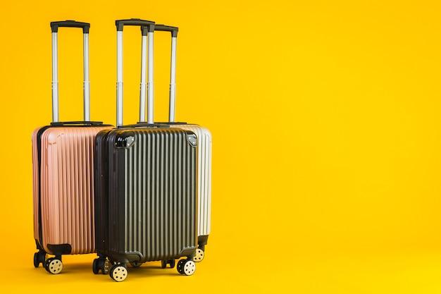 Wykorzystanie bagażu lub torby bagażowej w kolorze różowego szarego czarnego podczas podróży transportowej