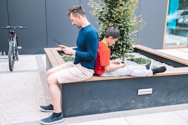 Wykorzystanie nowoczesnych technologii w życiu codziennym młodej rodziny. wysokiej jakości zdjęcie. nowoczesny styl życia