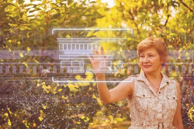 Wykorzystując nowoczesną technologię w rolnictwie, kobieta naciska przyciski
