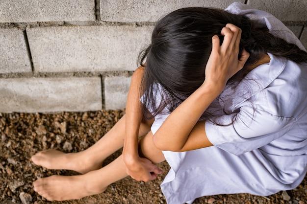 Wykorzystywanie seksualne z mężczyzną złodziej lub złodziej podcinający zamek spodni po zgwałceniu kobiety w opuszczonym domu