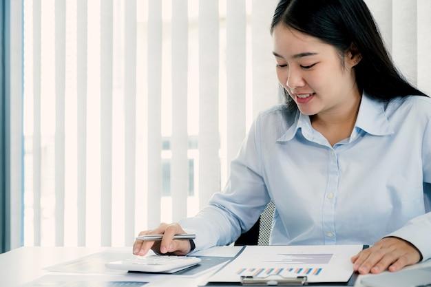 Wykres analizy bizneswoman i spotkanie wideokonferencja z laptopem w domowym biurze